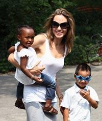 Джоли с детьми.