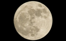 """Астрофизики обнаружили на Луне гигантские """"следы"""""""