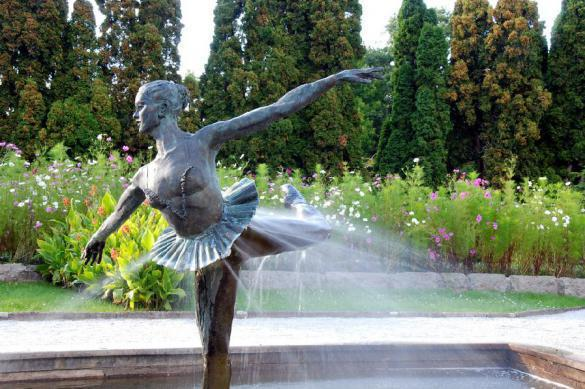 Fountain deflowers young woman during birthday party in Sochi. 61495.jpeg
