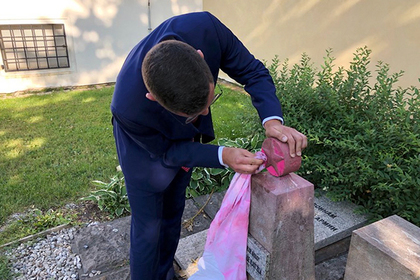 Czech President's press secretary cleans desecrated monument to Soviet soldiers in Prague. 62529.jpeg