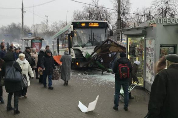 Commuter bus crashes into bus stop in Moscow. 61765.jpeg