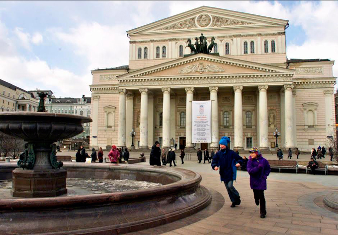 Opera stars buried in memory of the past