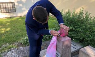 Czech President's press secretary cleans desecrated monument to Soviet soldiers in Prague