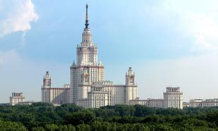 Twenty roofers climb onto the star of Moscow State University