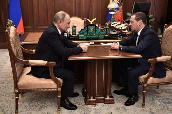 Russian government resigns, Putin makes measures to guarantee Medvedev's cloudless future