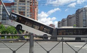 Bus gets on hind wheels as it crashes into lamppost in St. Petersburg