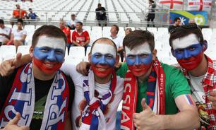Five Russian fans punish 20 English hooligans for desecrating Russian flag. Video