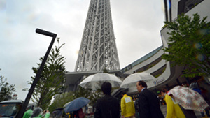 Skytree in Tokyo attracts thousands