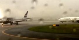 В США пассажир снял удар молнии в самолет