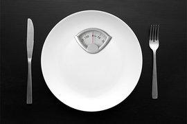 голодание, весы, столовые приборы