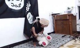 """""""Малыш из ИГИЛ"""", отрезающий голову игрушечному мишке, шокировал интернет. ВИДЕО"""