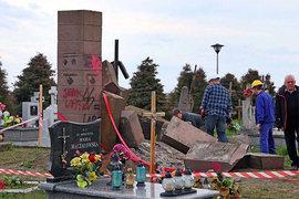 'Достали, скакуны!': власти Польши сносят украинские памятники