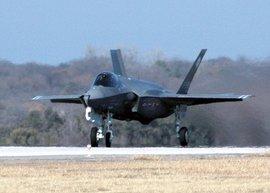 Американцы в шоке: истребитель F-35 не может справиться с самолетом 30-летней давности, который он призван заменит