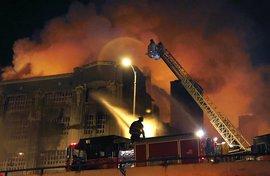 На территории алюминиевого завода на юге Японии произошли взрывы, после этого на предприятии начался пожар