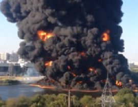 Москвичи рассказали о мощнейшем взрыве и сильнейшем пожаре на Москве-реке в районе Марьино. ВИДЕО