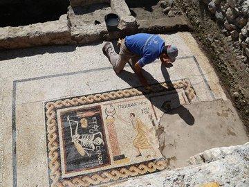 """""""Будь весел, наслаждайся жизнью"""": послание из древности откопали археологи в Турции"""