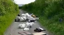 На оживленной трассе в Уэльсе мусор завалил целую милю дороги