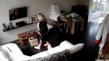 Женщина установила скрытую камеру дома, чтобы поймать вора. Им оказалась ее подруга