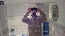 Религиозный учитель считал, что послания, написанные на зеркалах в его доме, были от Бога