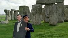 Вдова путешествует по миру с картонным образом своего покойного мужа