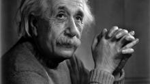Эйнштейн не умел плавать, зато обожал курить.  Топ-10 фактов об известном физике