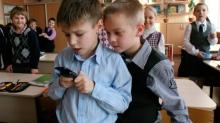 Школам рекомендуют ограничить использование мобильных телефонов