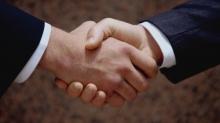 Рукопожатие как символ добросовестности и отсутствия оружия