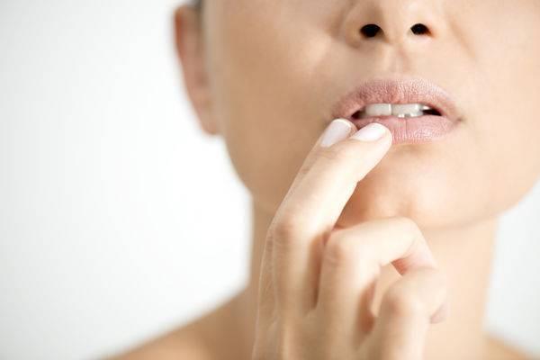 Что делать, если потрескались губы?