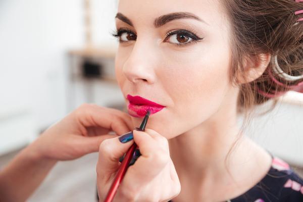Рисуем стрелки,брови и красим губы правильно