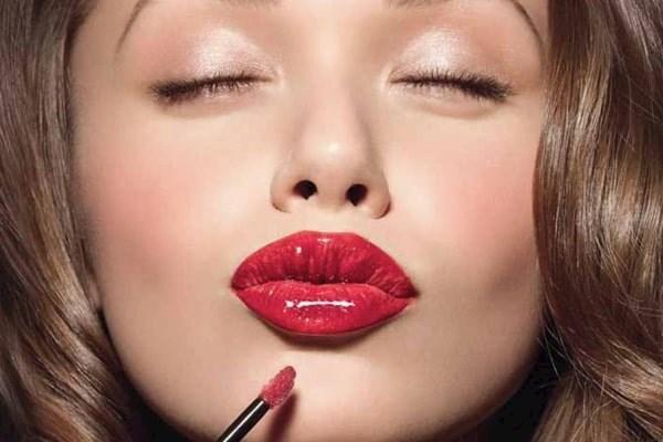 Как добиться желанной формы губ с помощью макияжа?