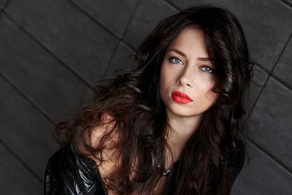 В новом показе одежды женственность Настасьи Самбурской зашкаливает