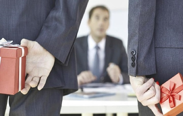 Как выбрать подарок боссу без вреда для карьеры