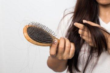 Почему волосы стали сильнее выпадать и что делать в таком случае?