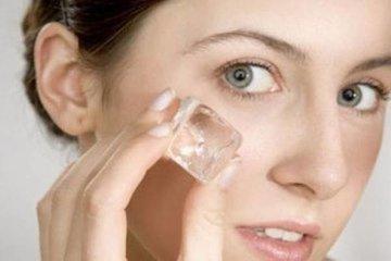 Протираем кожу лица кубиками льда