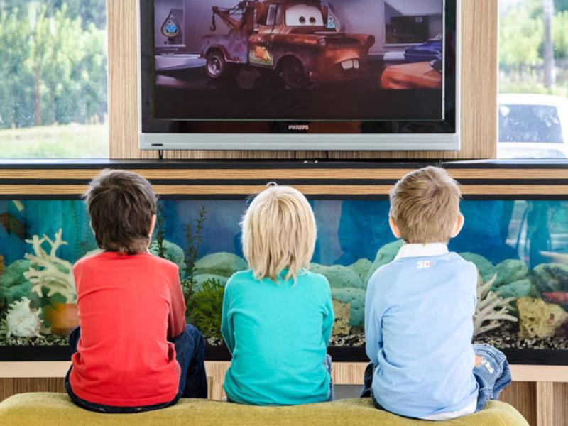 ВОЗ: сколько времени детям можно смотреть телевизор