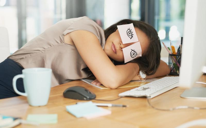 Спать на рабочем месте полезно для здоровья