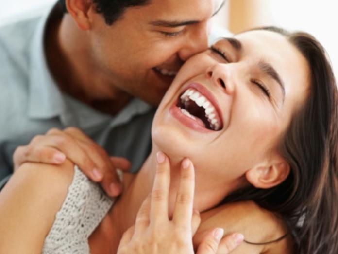 Психологи выяснили, как чувство юмора влияет на отношения