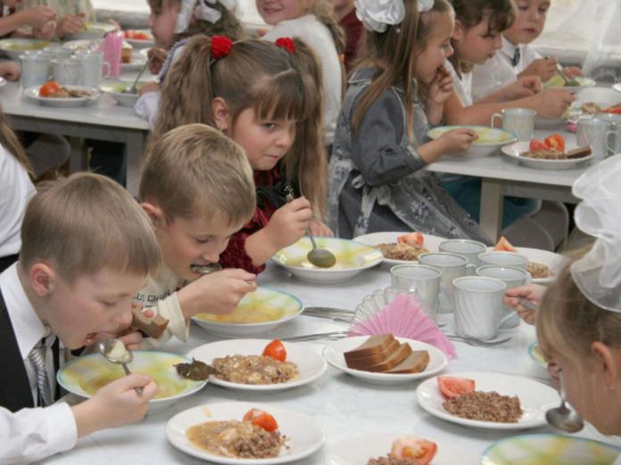 Роспотребнадзор запретил приносить в школу еду из дома