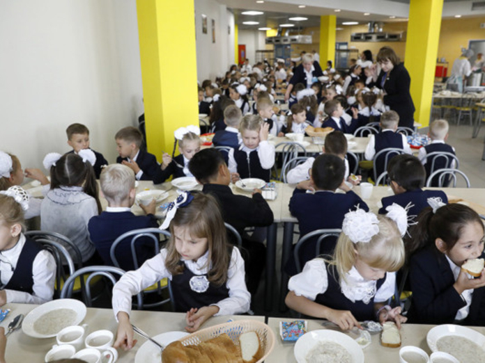 В школах Кузбасса дети массово падают в голодные обмороки