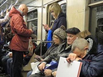Психолог: москвичам не нужно уступать места пожилым людям в метро