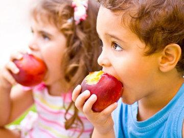 Врач рассказал, почему яблочные семечки могут быть опасны