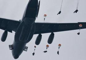 """""""Ничего, пострадало мало"""": Войска США побились при десантировании"""