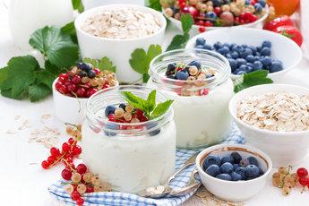 Откуда в натуральных молочных йогуртах так много сахара?