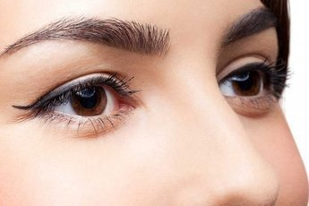 Генетики выяснили, что влияет на цвет бровей
