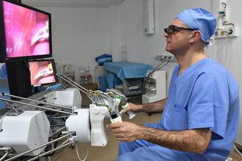 Робот-хирург впервые удалил миому матки у свиньи