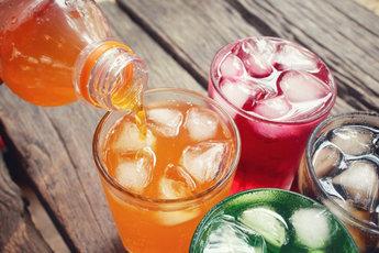 Женщинам после 50 лет опасно пить сладкие напитки