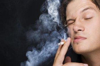 Заядлые курильщики рискуют ослепнуть к старости