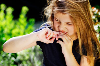 Привычка грызть ногти говорит о проблемах психики