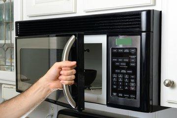 Как отмыть микроволновку за пять минут?