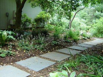Как сделать модную, простую и экологичную дорожку в саду